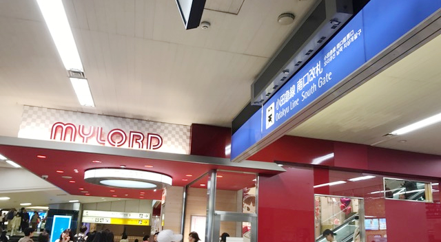 新宿駅南口を右