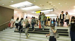 新宿駅の階段を上る